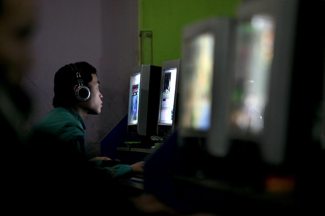 自由之家將中國評為網絡最不自由的國家。圖為一名中國青年在網吧上網。攝:China Photos/Getty