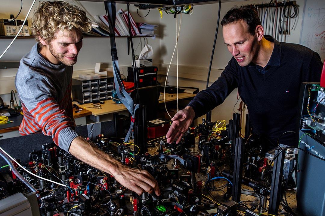 科學家再次提供了關於量子糾纏效應確實存在的實驗證明。圖為 Bas Hensen(左)和 Ronald Hanson 教授正在調整測試裝置。攝 : Frank Auperle/Delft University of Technology