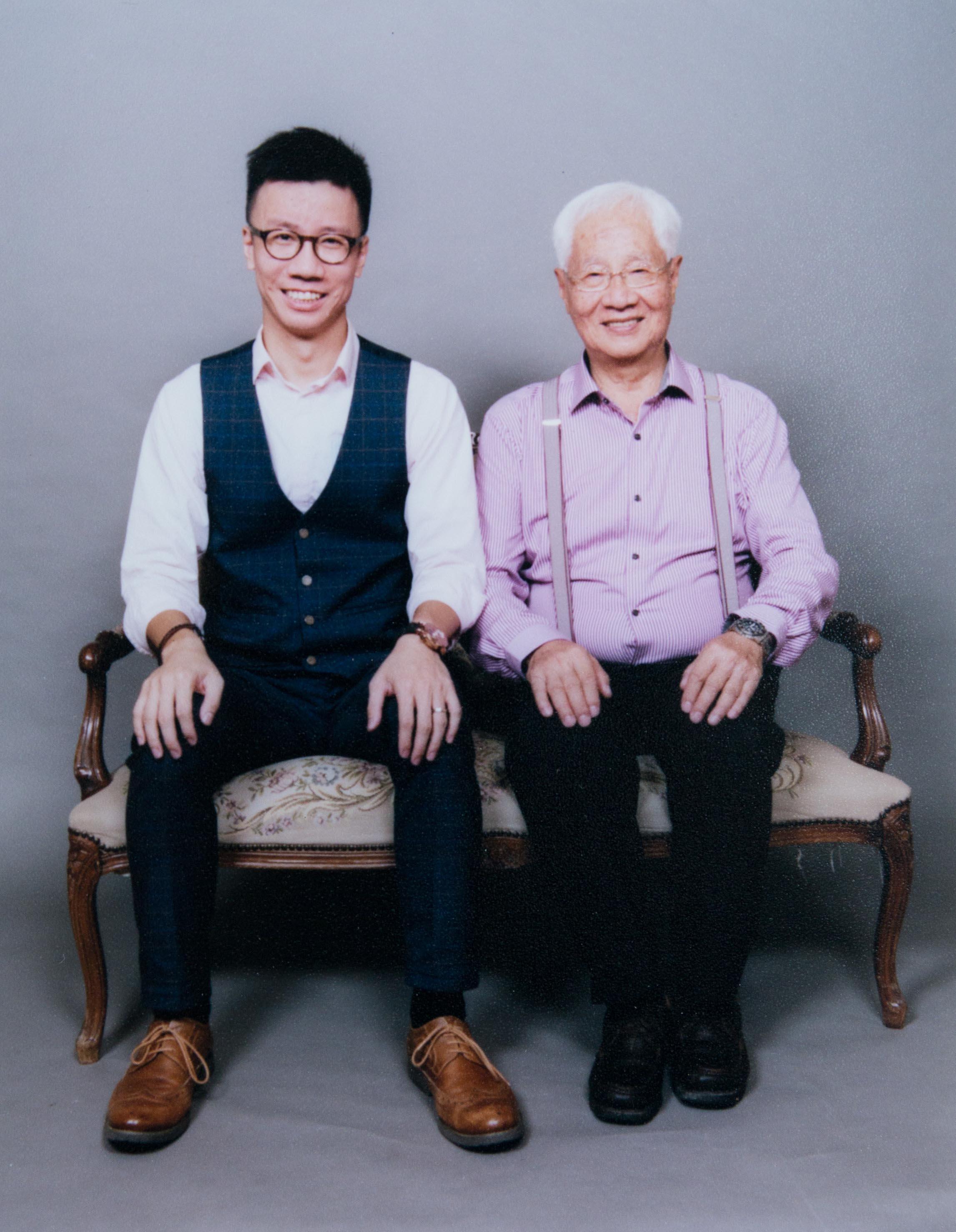 曾志豪與父親應我們邀請到香港舊式影樓合照,我們取相時,影樓的老闆笑問:「拍攝那天他們笑得如此開心,我還以為他們是失散多年的父子呢!」。