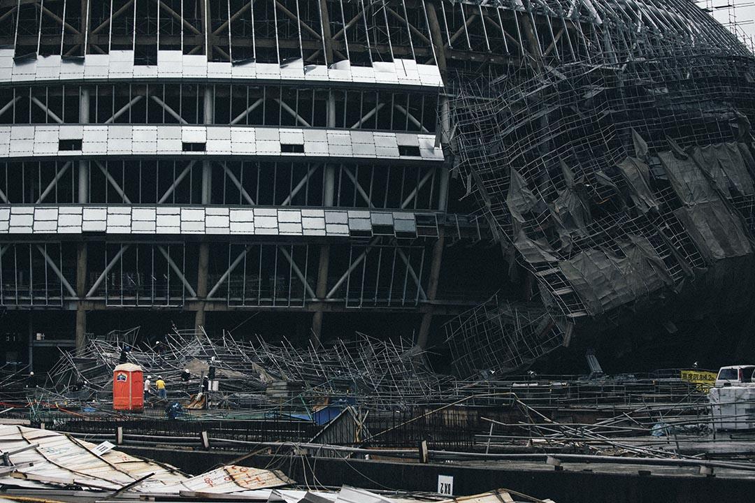 台灣興建中的大巨蛋有鐵皮飛落,工作人員搶修。攝 : 葉家豪/端傳媒