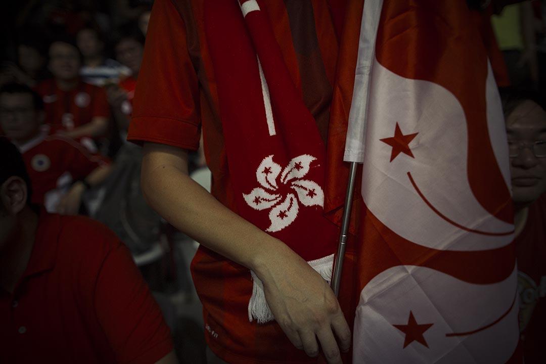 香港球迷和打氣物品。攝 : 葉家豪/端傳媒