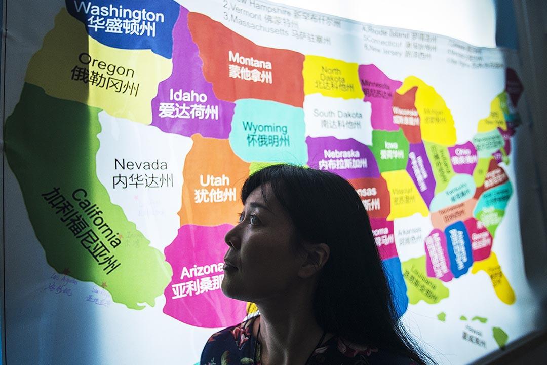 張琳達站在自己成立的一個提供合法美國代孕服務的公司裡。 2013年,通過代孕,張琳達的二兒子在美國出生。在此以後,張琳達成立了該公司。攝 : Yue Wu/端傳媒