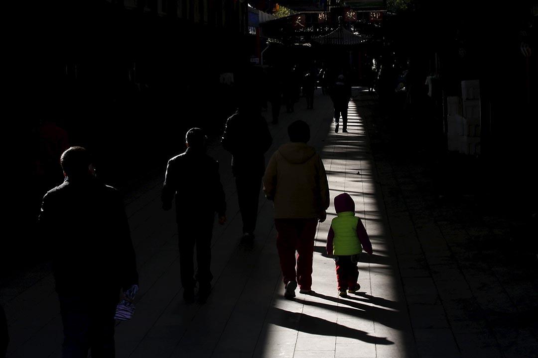 中國北京,一個女孩與家人在街道上。攝:Kim Kyung-Hoon/REUTERS