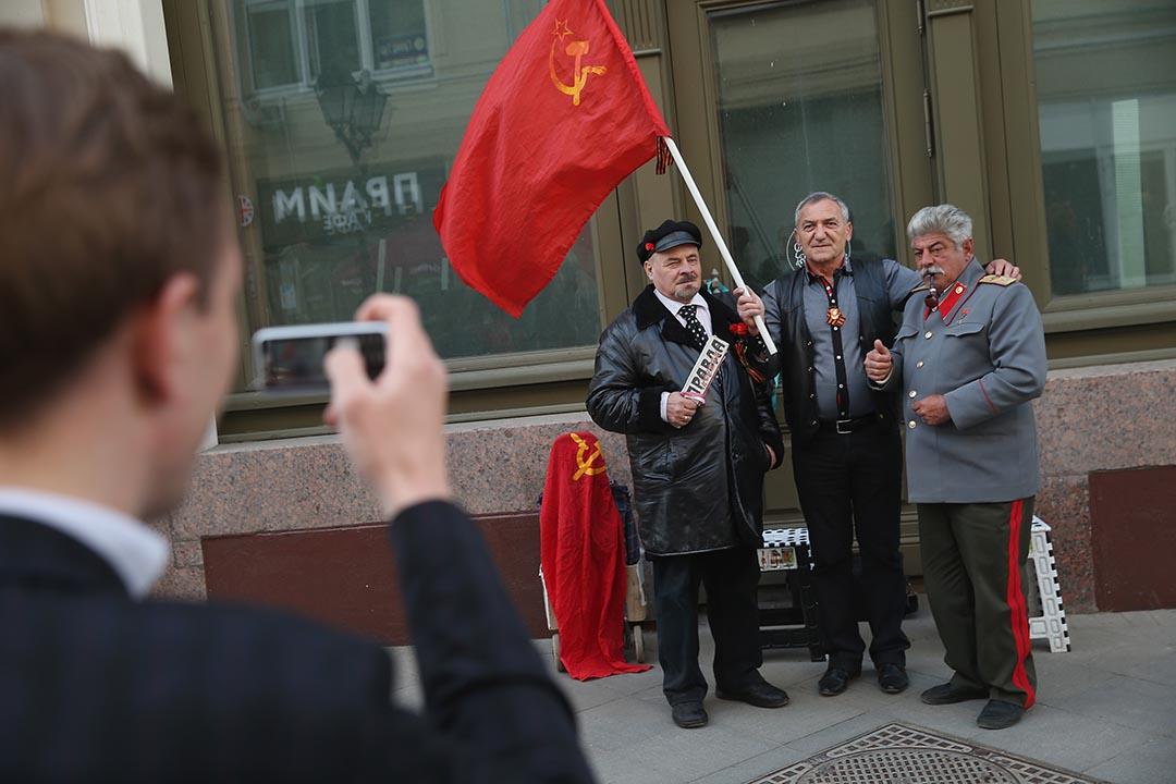 2015年5月7日,莫斯科,演員在二戰勝利70周年當天打扮成列寧(左) 和史大林(右)與途人合照。攝:Sean Gallup/GETTY