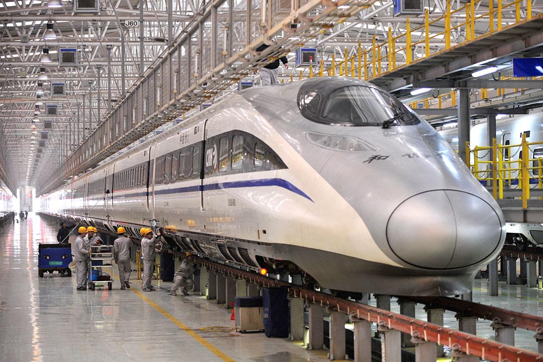 中美將合資建高鐵,連接賭城洛杉磯。圖為工人在西安一高鐡車廠組裝列車。攝: ChinaFotoPress/GETTY