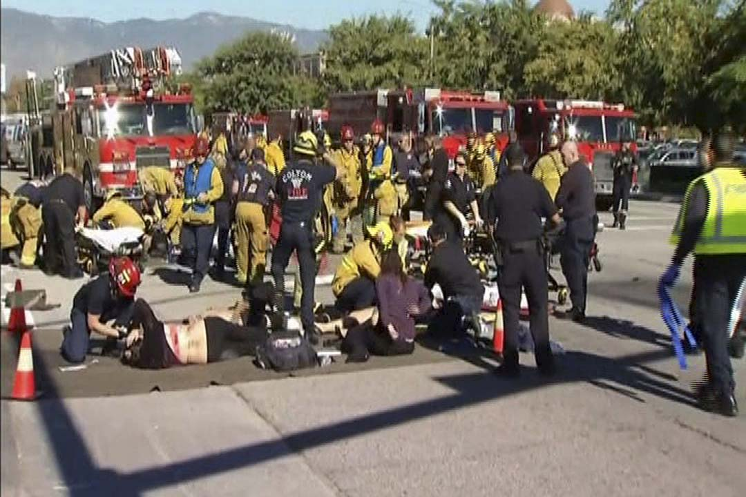 美國加州聖貝納迪諾一間社區中心發生槍擊案,最少造成14人死亡。圖為救援人員在馬路旁照顧傷者。攝:NBCLA.com/Handout via Reuters/REUTERS