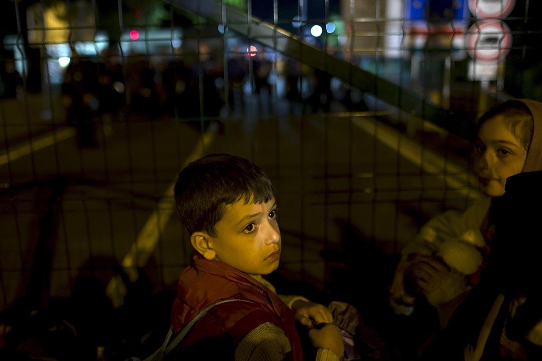 2015年9月14日,塞爾維亞與匈牙利邊境,難民兒童正等候進入匈牙利境內。攝:Marko Djurica/REUTERS
