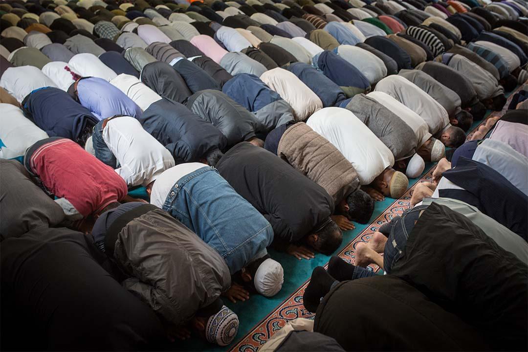 穆斯林在英國倫敦一間清真寺內進行禮拜。攝:Rob Stothard/Getty