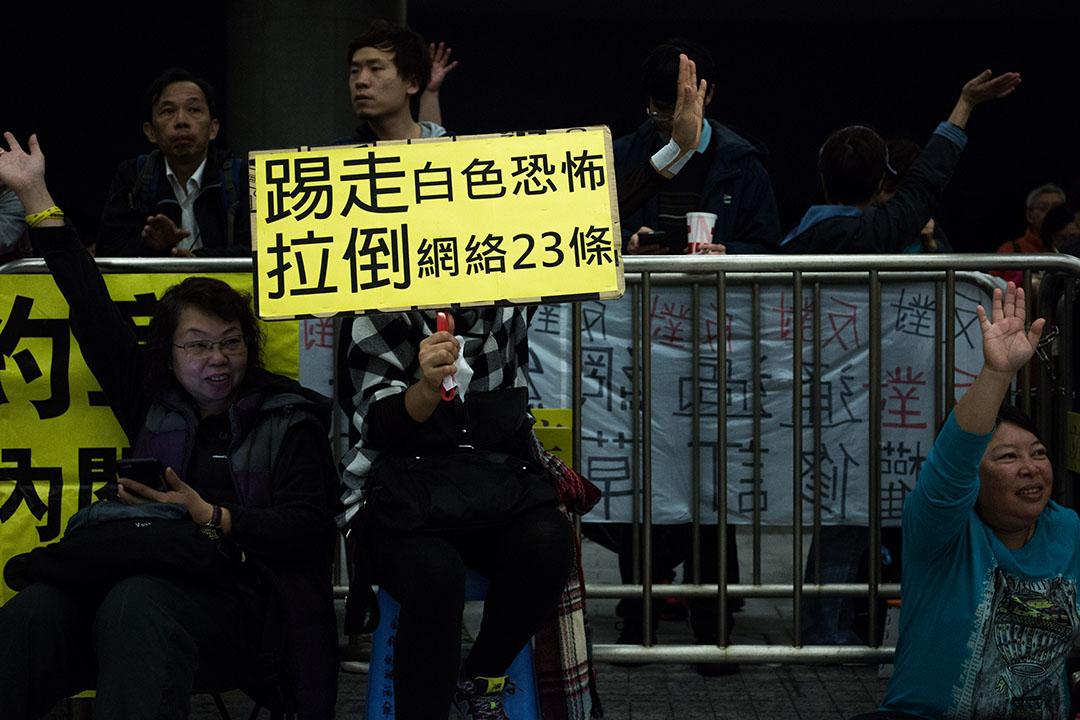2016年1月6日,香港,立法會審議版權條例修訂草案(二讀), 反對草案者到立法會停車場示威區集會。攝:盧翊銘/端傳媒