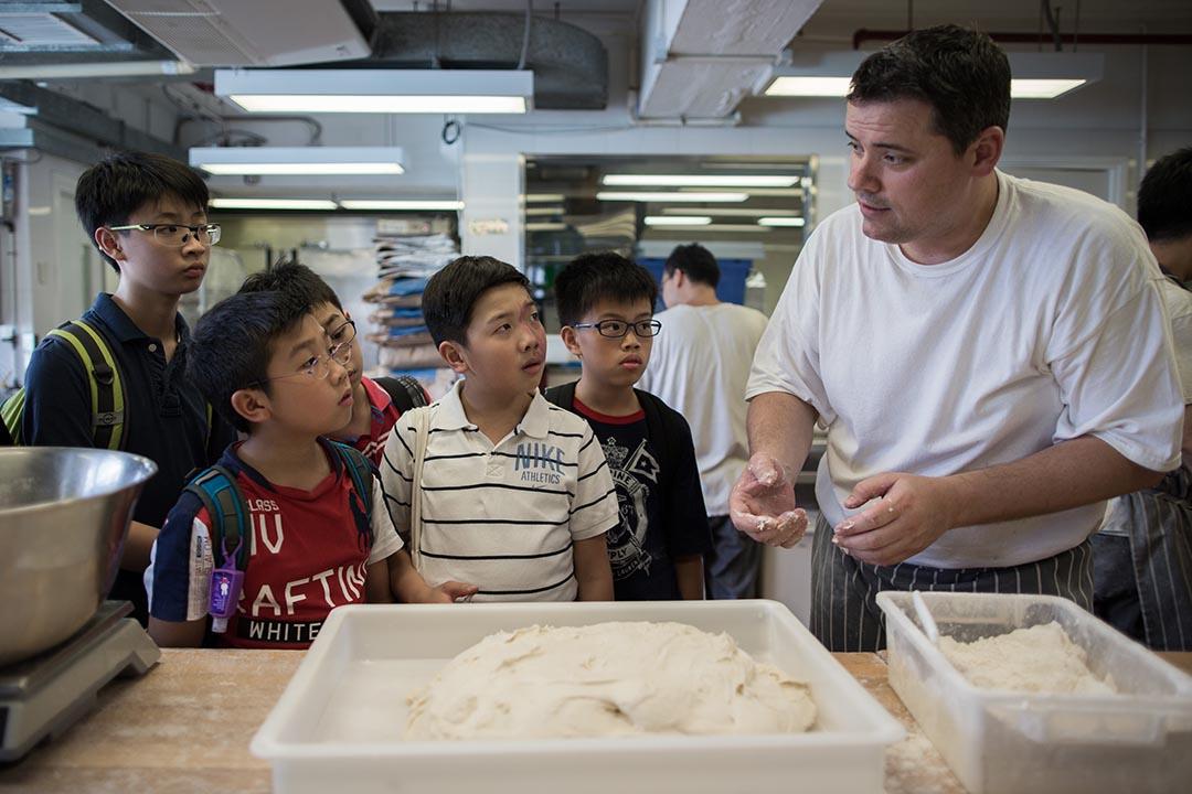 「這盤麵糰是我的baby,它今年十歲了……」原來造麵包牽涉許多科學知識,男孩特別愛聽。