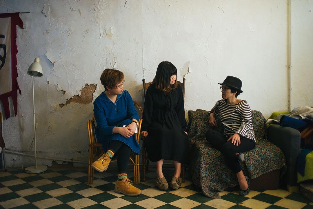 三位對談的寫字女生,(左)Miu Miu,(中)Kitty Hung,及(右)夏芝然。 攝:葉家豪/端傳媒