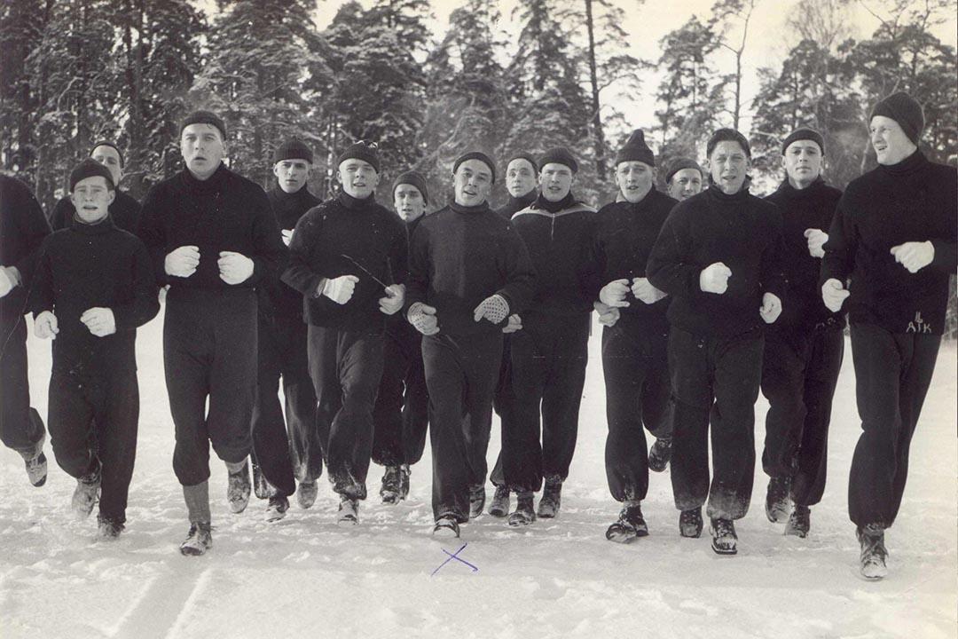 1958年瑞典AIF球員與教練Frank(正中)。1952年他還帶領挪威國家隊參加赫爾  辛基奧運。(圖片由作者提供)
