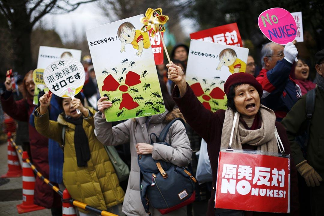 日本政府即將重啓核能發電引來六成國民反對,圖為示威者在東京參與一場反對核電示威。 攝:Thomas Peter/REUTERS