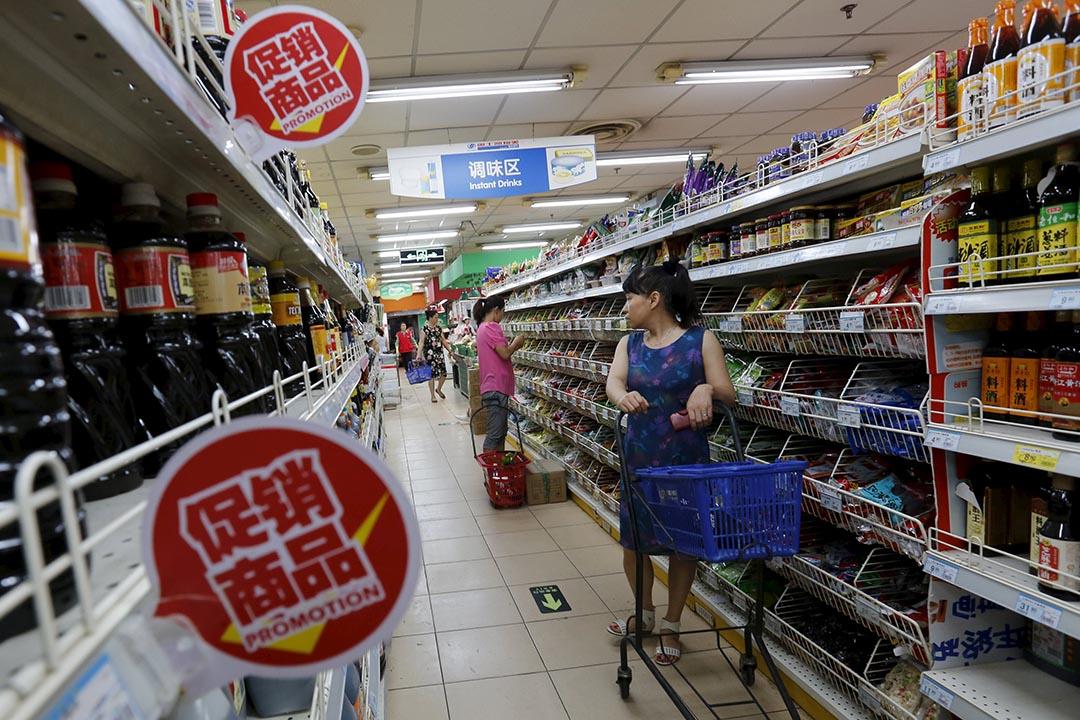 2015年6月中國的消費者物價指數小幅微漲,北京一家雜貨店貨架貼上「促銷商品」標貼。  攝:Kim Kyung-Hoon/REUTERS