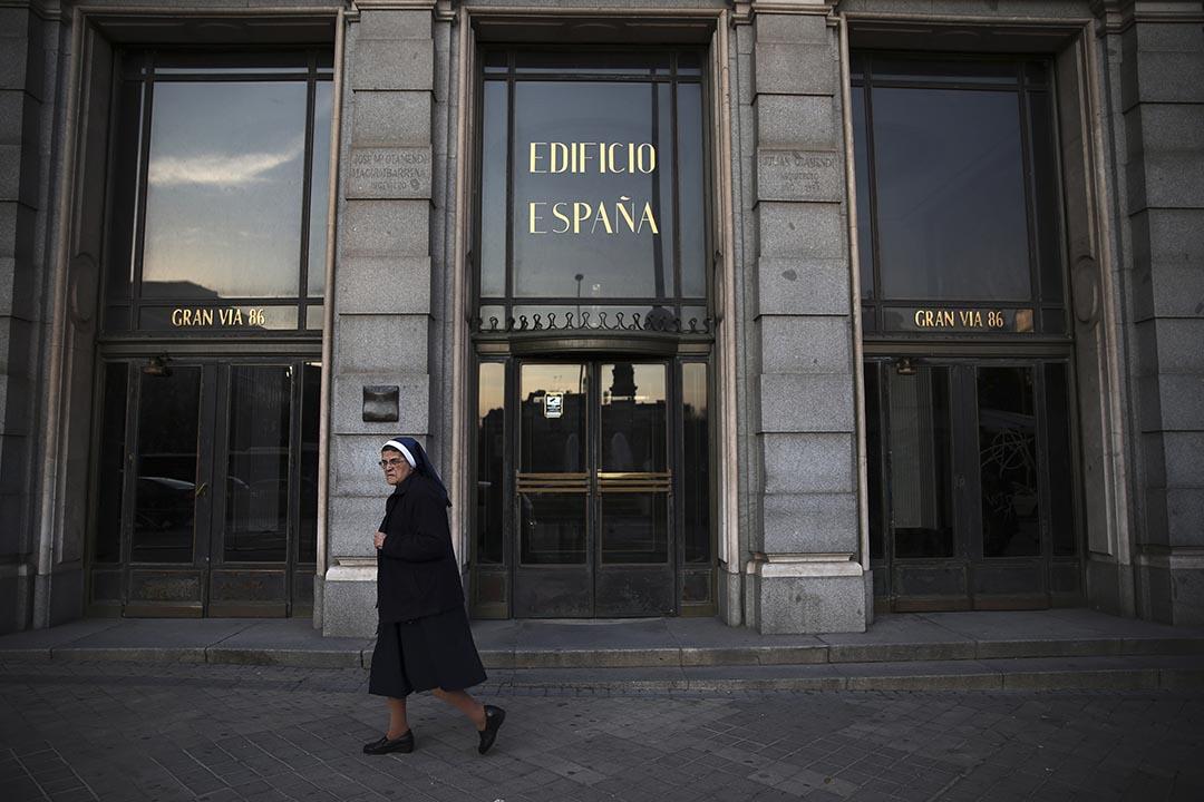 一名天主教修女在西班牙大廈(Edificio Espana)前走過。攝 : Susana Vera/REUTERS