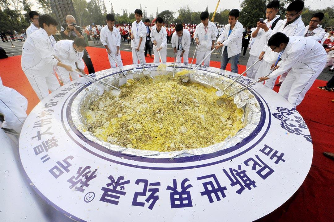 揚州市一份重逾4噸的最大炒飯紀錄日前被健力士取消。攝 : REUTERS