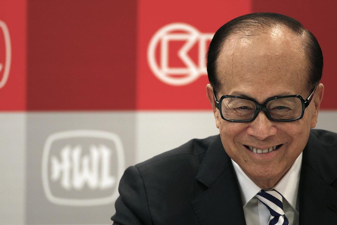 李嘉誠將名下公司全線撤出中國,引起大陸多家官媒爭論。攝 : Bobby Yip/REUTERS