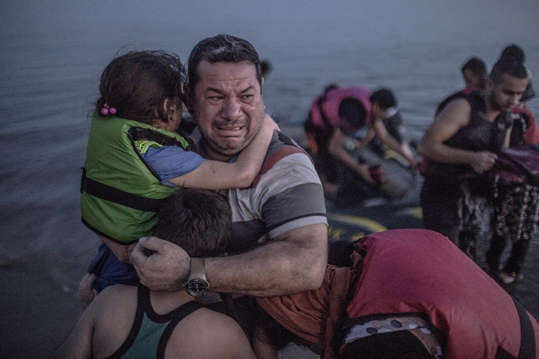 敘利亞難民抱著他的兒子和女兒登上希臘科斯島,準備前往歐盟國家尋求援助。攝: Daniel Etter/The New York Times