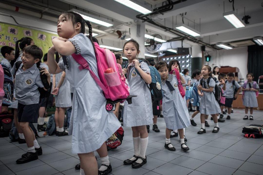 教育局去年12月展開中文科課程公眾諮詢,提到中小學生「應具備認讀簡化字能力」。攝:Philippe Lopez / AFP