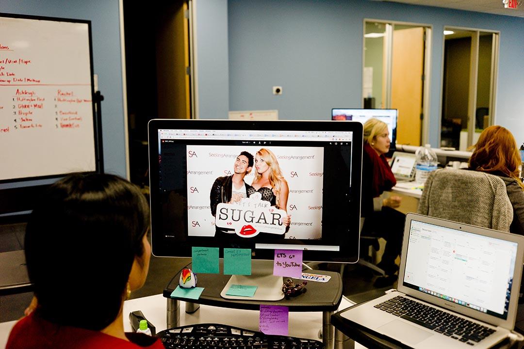 Brandon Wade團隊的公關經理展示其中一個SugarBaby在推介活動時的照片。攝 : Hai Zhang/端傳媒