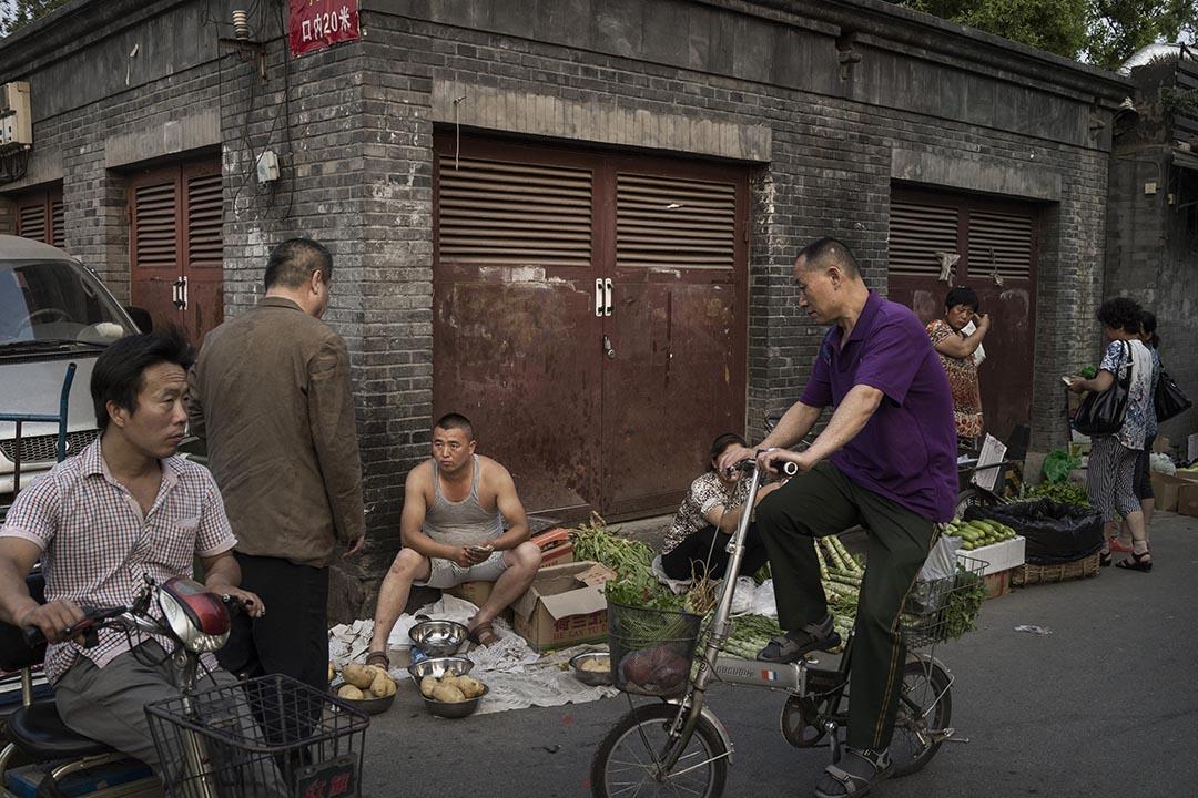 北京再現群眾組織「豐台勸導隊」。圖為北京菜農在路邊擺攤賣菜。攝: Kevin Frayer/GETTY