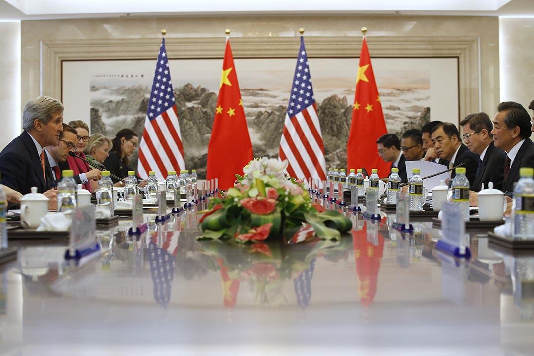 2015年5月16日,美國國務卿克里與中國外交部部長王毅在北京會面。攝:Kim Kyung-Hoon - Pool/Getty