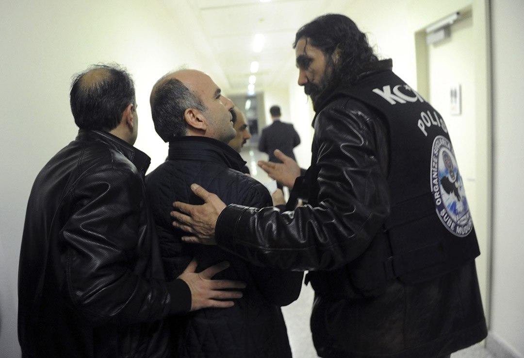《時代報》總編輯比利吉(Abdulhamit Bilici)被警方帶走。攝:AP