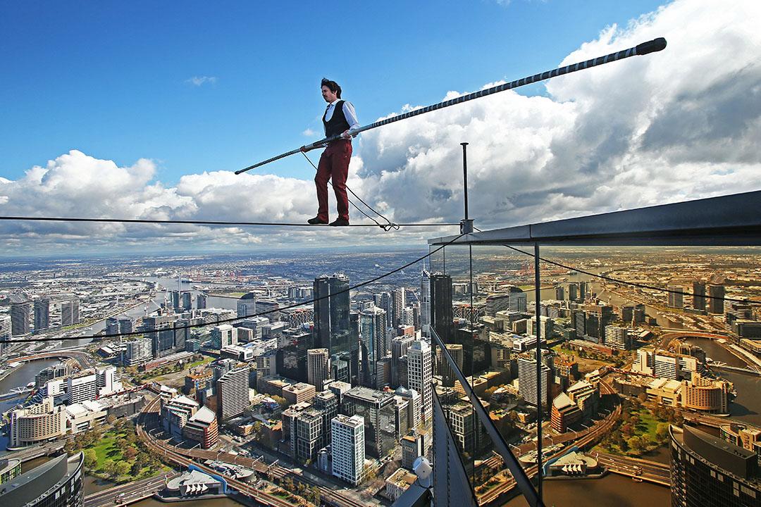 走龬線愛好者Kane Petersen在離地300米的高空,成功走過澳洲墨爾本2座高樓大廈。攝: Scott Barbour/GETTY