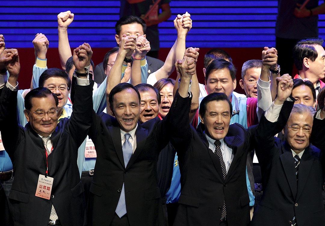 國民黨召開臨全會決定由朱立倫取代洪秀柱選總統。完成提名後,總統馬英九(右二)、榮譽黨主席連戰(左一)與朱立倫(左二)同台造勢。攝 : Pichi Chuang/REUTERS