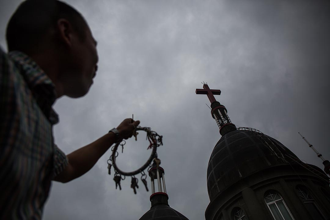 2015年7月21日 一名教徒在平陽縣水頭鎮的一座教堂前走過,政府早前曾經派人清除這教堂十字架但不成功。 攝 : Billy H.C. Kwok /端傳媒