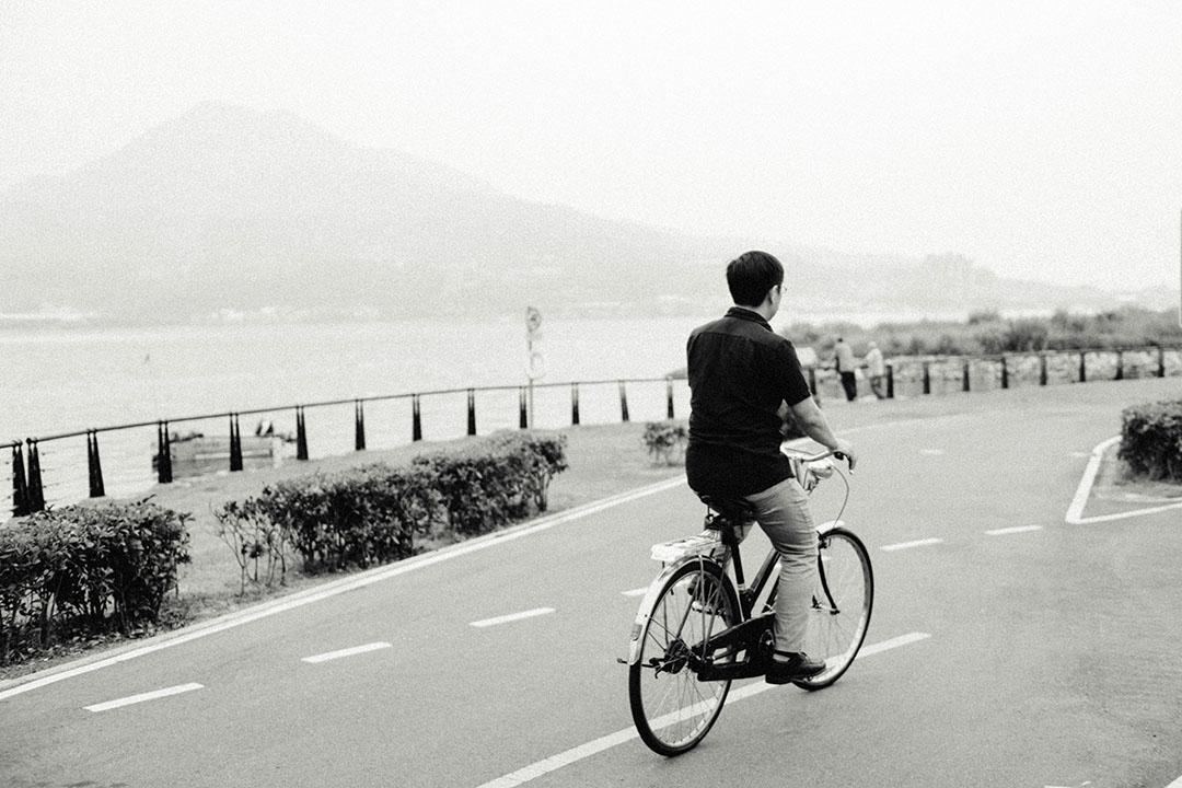「不管約哪一個地點,我都是騎單車。」吳明益與他的幸福牌鐵馬。攝:趙豫中/端傳媒