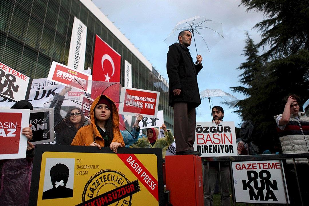 《時代報》員工在報社外示威,反對政府接管。攝 : Kursat Bayhan/Zaman Daily/REUTERS