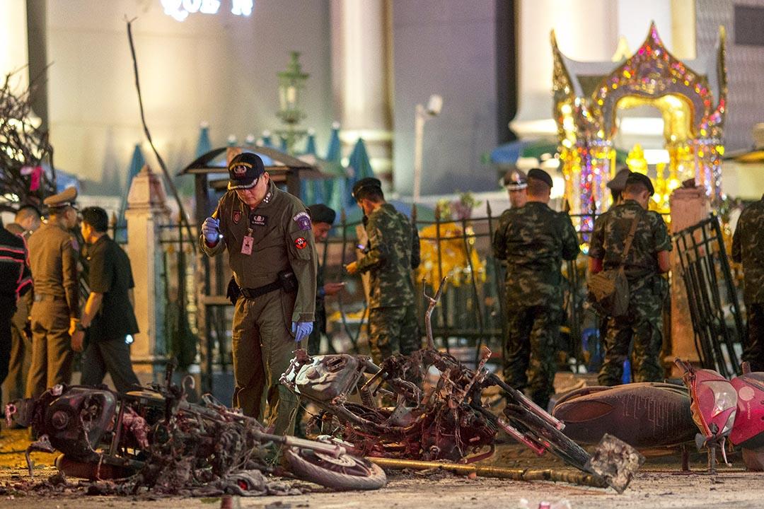 專家在泰國曼谷市中心的四面佛寺調查,現場有焚毀的電單車。 攝:Athit Perawongmetha/REUTERS