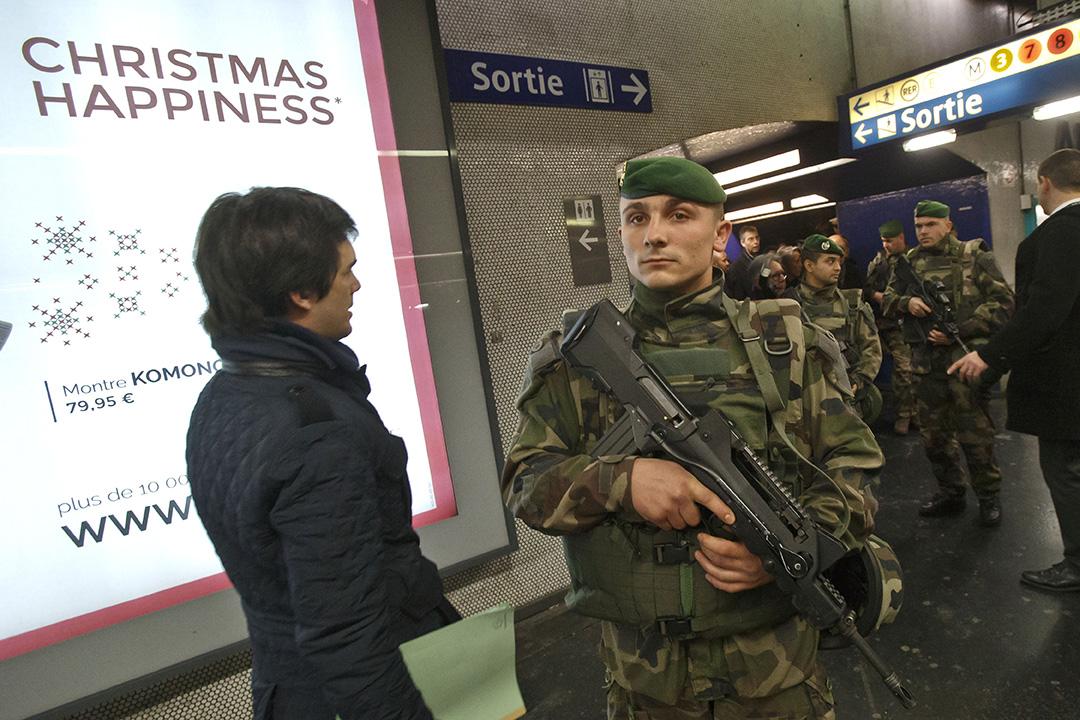 2015年12月30日,法國巴黎,軍人在巴黎地鐵巡邏。法國當局在新年前夕加強國內保安。攝:Michel Euler/AP