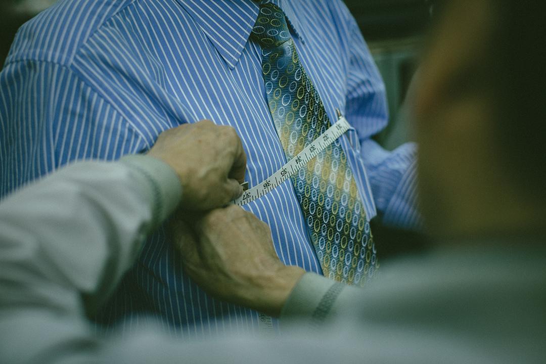 客人在店內度身訂造西裝。攝:王嘉豪/端傳媒