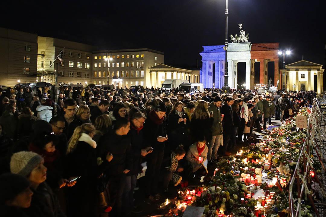2015年11月14日,德國,多名市民到德勃蘭登堡廣場上悼念法國巴黎恐襲的死者。攝:Markus Schreiber/AP