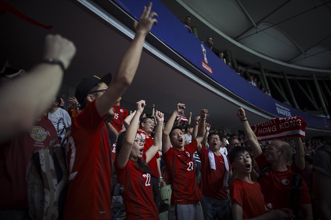 9月3日,深圳,中國隊與香港隊比賽後,香港球迷高唱打氣歌曲。 攝:葉家豪/端傳媒