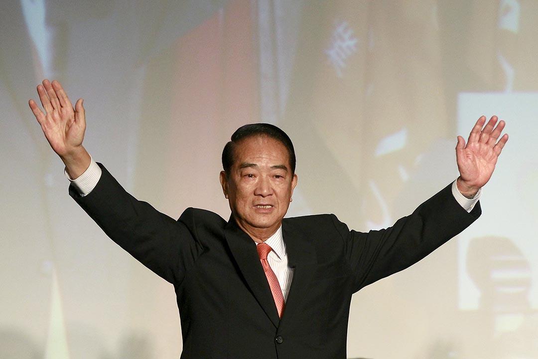 親民黨主席宋楚瑜上周宣布將參與台灣總統選舉,圖為他於台北的記者會上向民眾揮手。攝:Pichi Chuang/Reuters