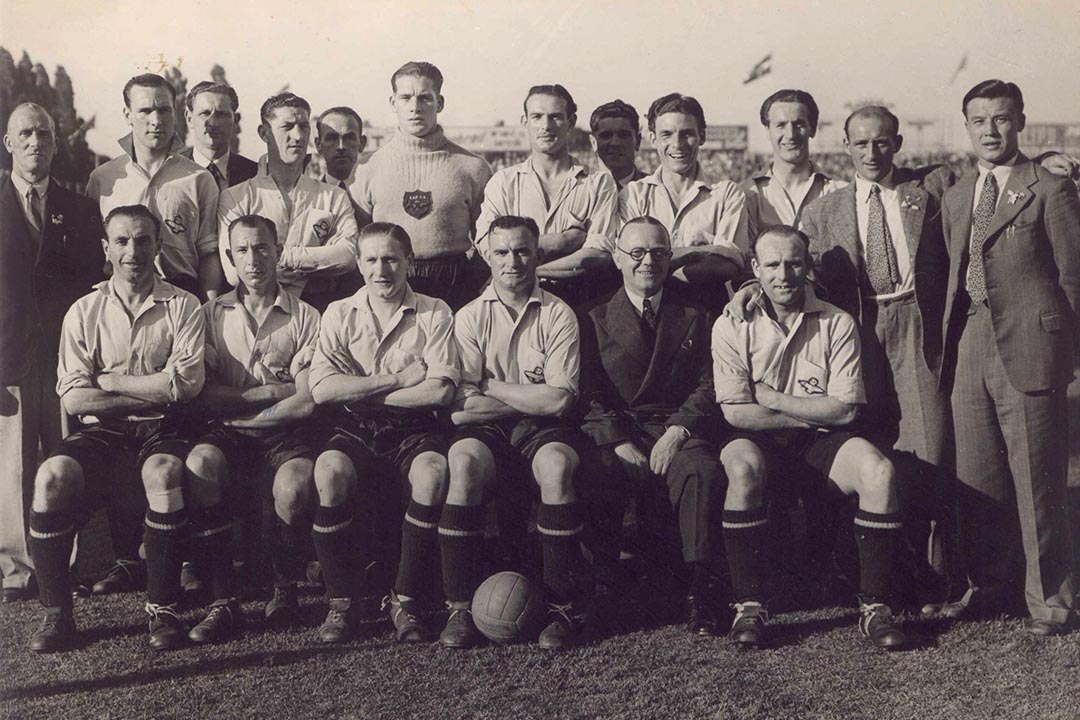 Frank(最右)與Stanley Matthews、Stan Mortensen組成的英國皇家空軍足球隊。(圖片由作者提供)