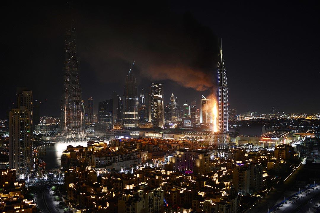 杜拜市中心的五星級酒店阿德里斯(The Address Downtown Dubai)12月31日晚突發大火,目前已造成1人死亡,16人受傷。摄 : Sina Bahrami via AP