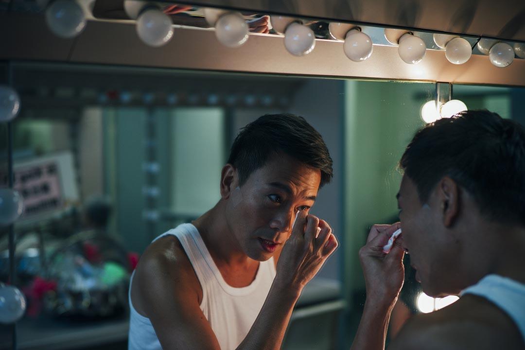 10月25日,中英劇團《相約星期二》香港最後一場,陳國邦在葵青劇院後台化妝。攝:葉家豪/端傳媒
