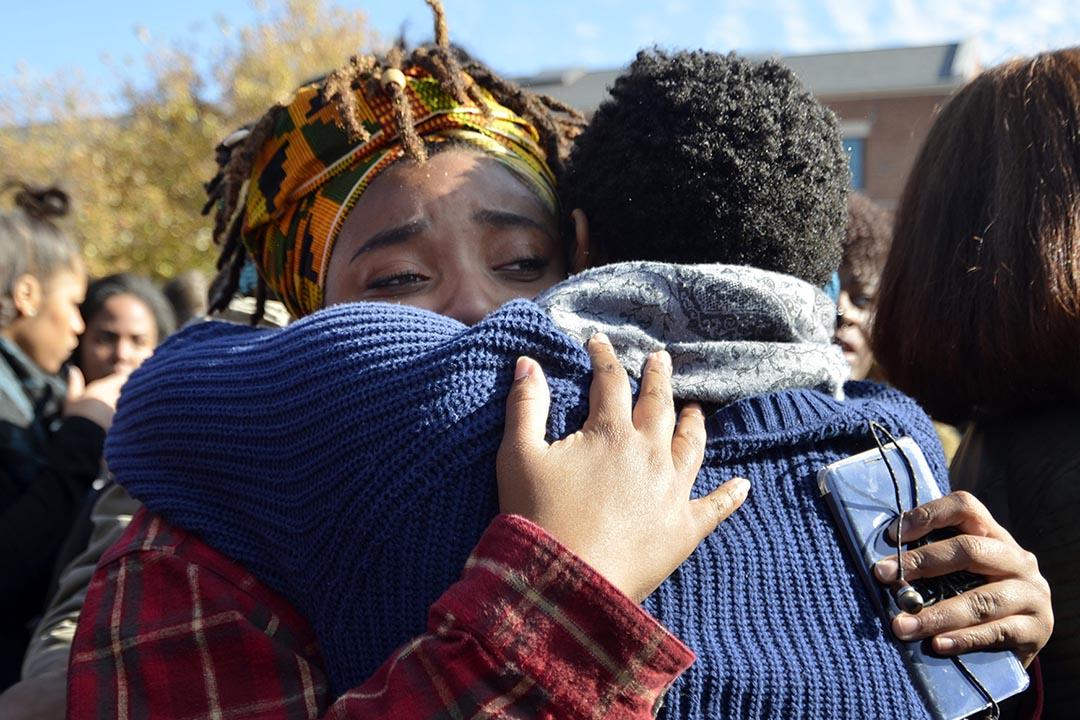 2015年11月9日,美國密蘇里大學,學生們得悉校長辭職的消息後互相擁抱。攝:Halee Rock/Missourian via AP