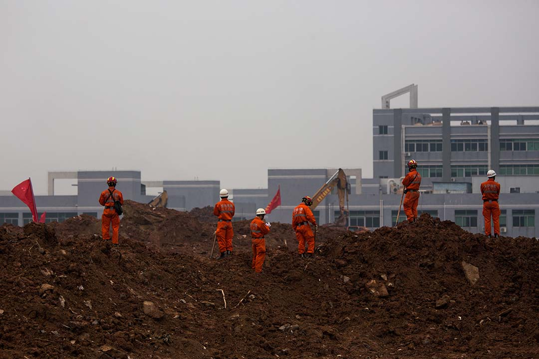 2015年12月21日,深圳,光明新區泥石流事故翌日,大批消防員在災場繼續進行搜救。攝:端傳媒攝影部攝:端傳媒攝影部
