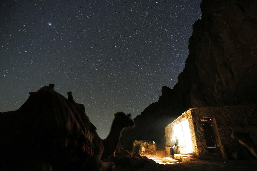 2015年12月9日,西奈山,登山客在西奈山的星空下休息,旁為登山客的駱駝。部份遊客選擇僱用駱駝代步。攝:Amr Abdallah Dalsh/REUTERS