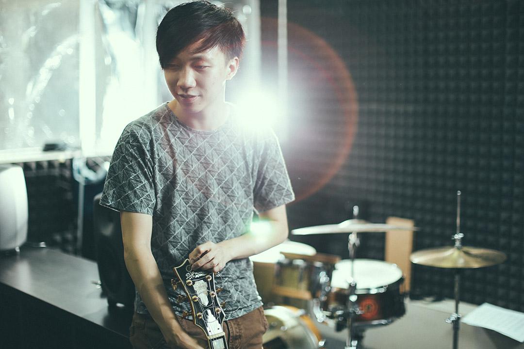 香港爵士結他手/作曲家Teriver Cheung(張駿豪)。攝:王嘉豪/端傳媒