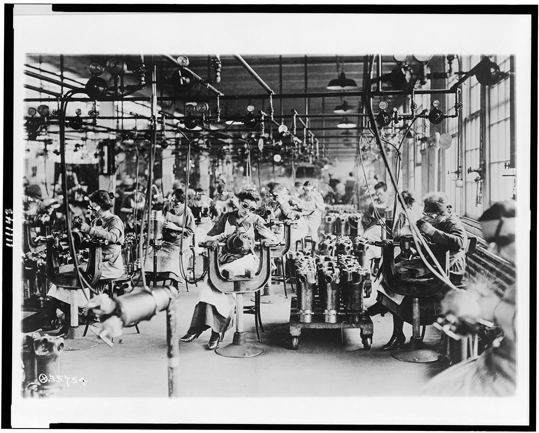 1914至18年間,美國底特律,戴着眼罩的女工在林肯車廠中工作。攝:Library of Congress/Handout via Reuters