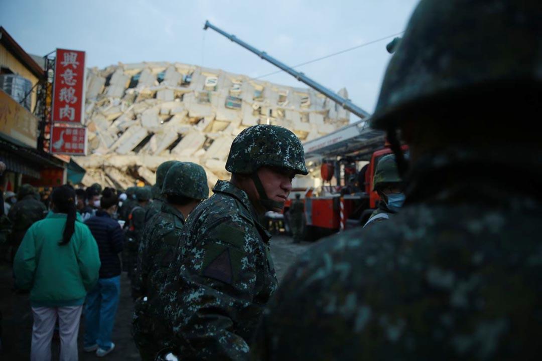 進入黃昏時份,軍人在災區現場維持秩序。攝 : 徐翌全/端傳媒