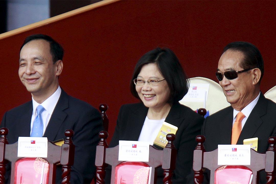 2015 年10月10日,民進黨主席蔡英文(中)出席台灣的雙十國慶典禮。攝:Pichi Chuang/REUTERS