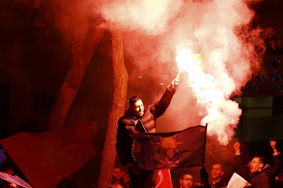 一名土耳其市民揮動照明信號棒。攝 : Osman Orsal/REUTERS