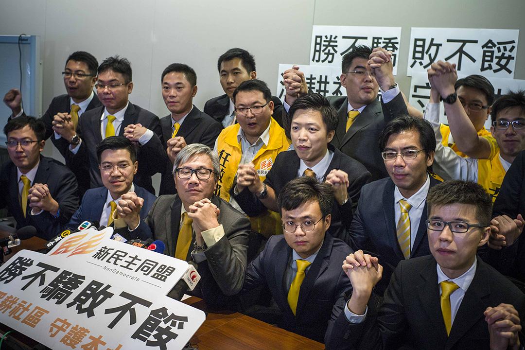2015年11月23日,在區選中贏得15席的新民主同盟在選舉翌日召開記者會,會上各人互相握手。攝:葉家豪/端傳媒